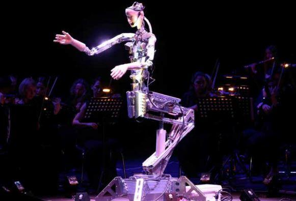 El robot humanoide Alter 3 dirije una orquesta