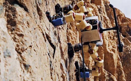 El astromóvil llamado Lemur, tiene falanges para subir las montañas de Marte